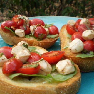Brusketa su keptais vyšniniais pomidorais bei sūriu