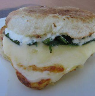 Keptas sumuštinis su špinatais