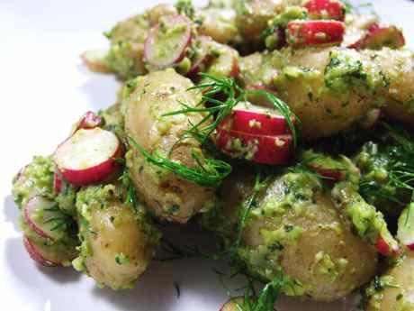 Bulvių ir ridikėlių mišrainė su pupų pesto
