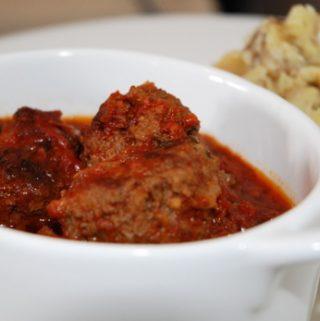 Graikiški mėsos kukuliai su pomidorų padažu