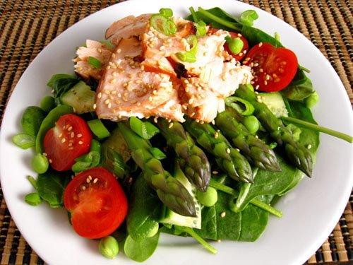 Lašišos salotos su šparagais, špinatais ir Teriyaki padažu