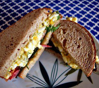 Sumuštinis su kiaušiniu ir pomidoru