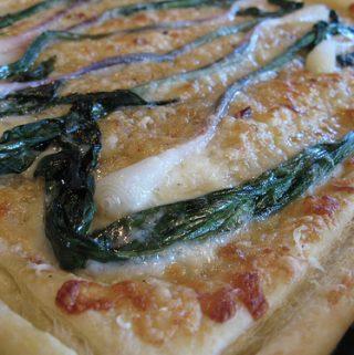 Pica su sūriu ir šviežiais svogūnais