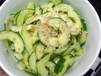 Agurkų salotos su saldžiarūgščiu padažu