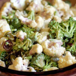 Brokolių, kalafiorų ir obuolių salotos