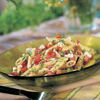 Makaronų ir fetos mišrainė su pomidorais