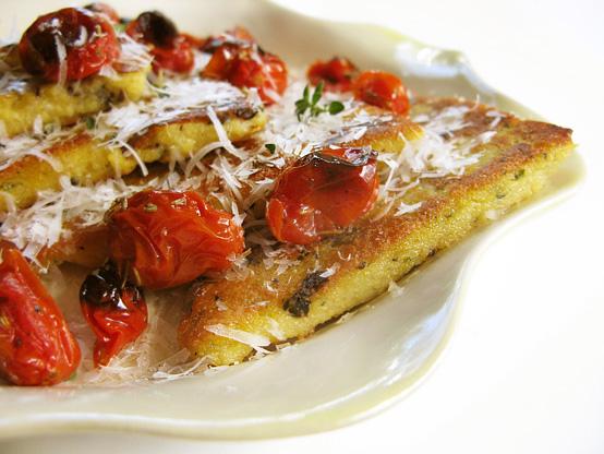 Polenta su grybais ir keptais pomidorais
