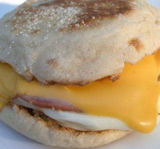 Karštas sumuštinis su kiaušiniu ir kumpiu