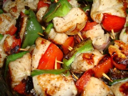 Vištienos šašlykas su daržovėmis keptas keptuvėje
