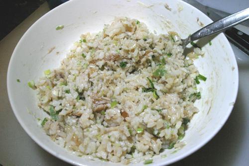 Paprasta ryžių mišrainė su rūkyta žuvimi