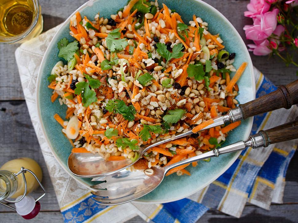 Saldžios ryžių salotos su riešutais