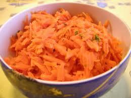 Morkų salotos su džiovintomis slyvomis