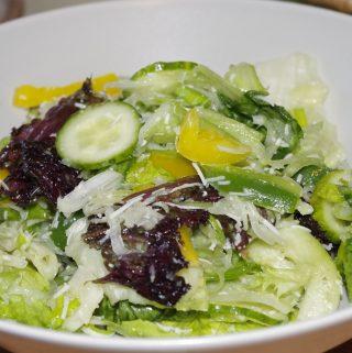 Svieziu darzoviu salotos su parmezanu