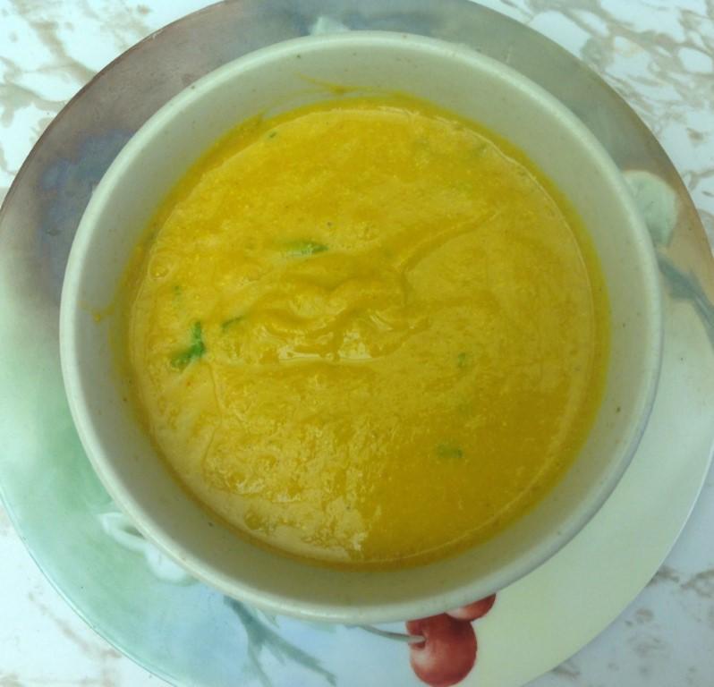 Trinta bulvių ir porų sriuba su kokosų pienu