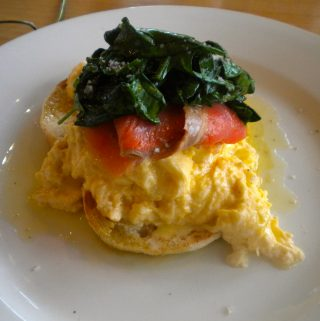 Kiaušinienė su lašiša ir špinatais