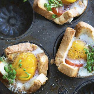 Baltos duonos ir kiaušinių krepšeliai