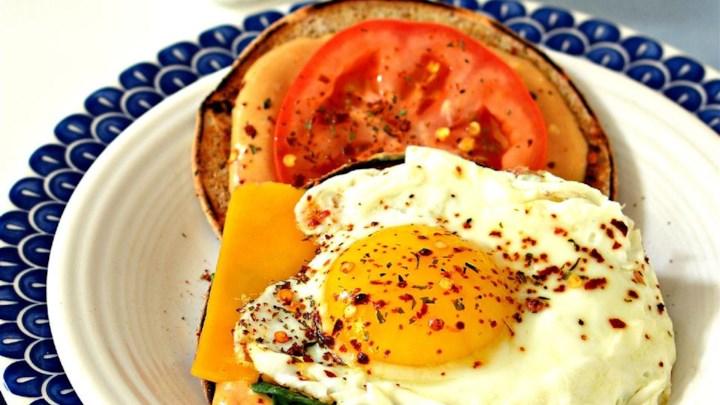 Sumuštinis su keptu kiaušinius