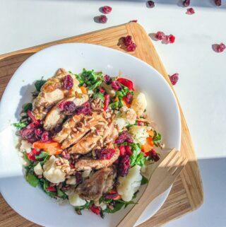 Šiltos salotos su saldžia vištiena bei džiovintomis spanguolėmis
